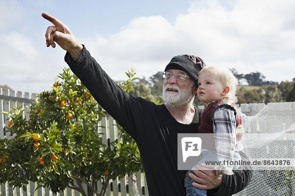 Großvater mit Enkel