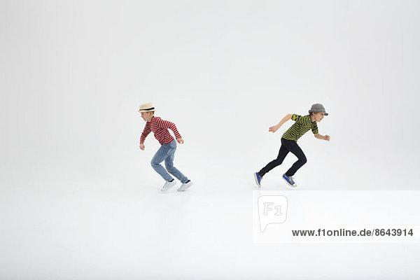 Zwei gegenläufige Jungen auf weißem Hintergrund