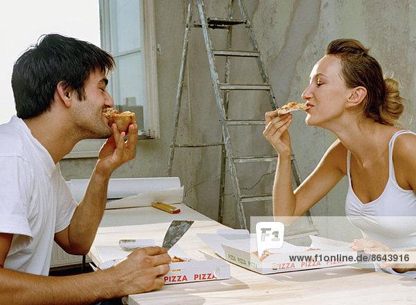 Ein Paar beim Pizzaessen