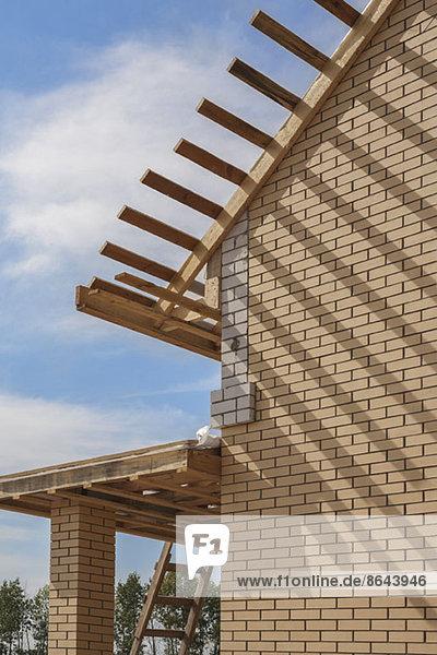 Haus mit Holzdach im Bau