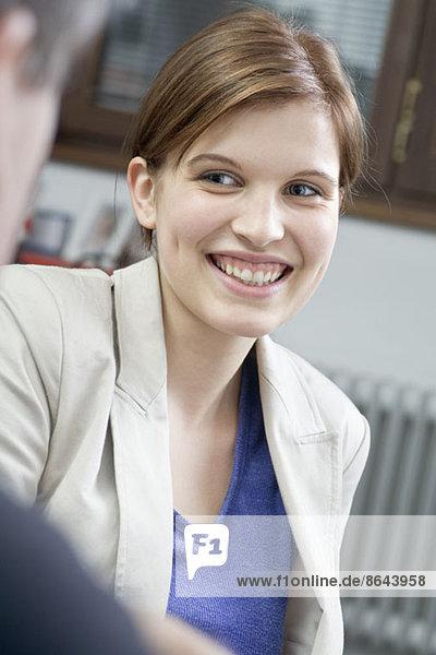 Junge Frau lächelnd und wegschauend  Nahaufnahme