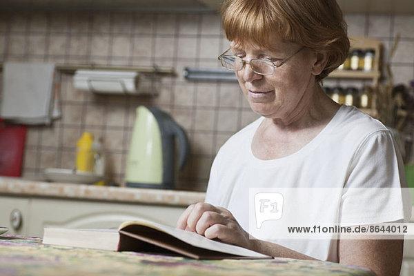 Reife Frau liest Buch