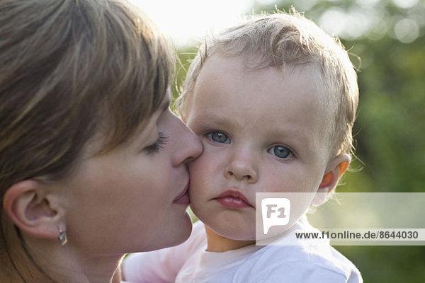 Mutter küsst ihren Sohn  Nahaufnahme