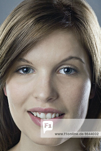 Junge Frau schaut in die Kamera  Nahaufnahme