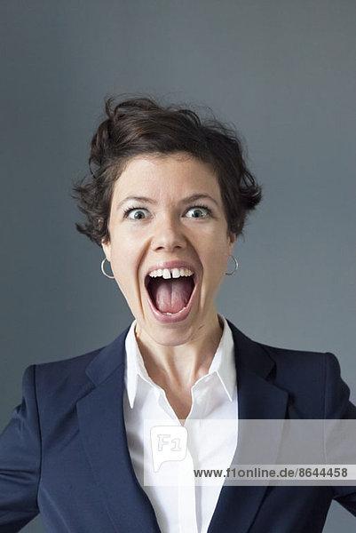 Porträt einer mittleren erwachsenen Frau mit offenem Mund  Nahaufnahme