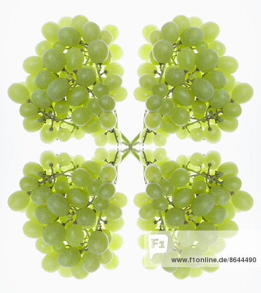 Ein digitaler Verbund von Spiegelbildern von Trauben grüner Trauben