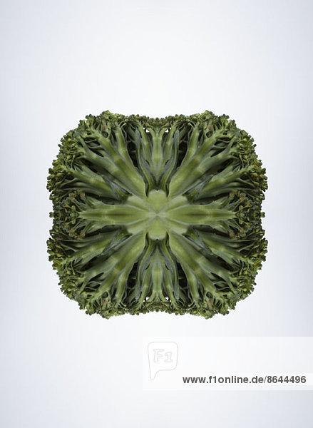 Ein digitaler Verbund von Spiegelbildern des Bodens von Brokkoli-Stücken