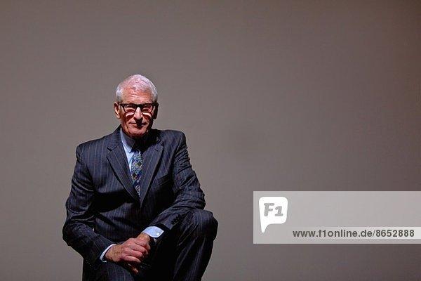 Studio-Porträt des coolen Senior-Mannes im Anzug