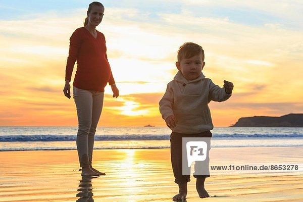 Mutter und Kleinkind spielen am Strand  San Diego  Kalifornien  USA