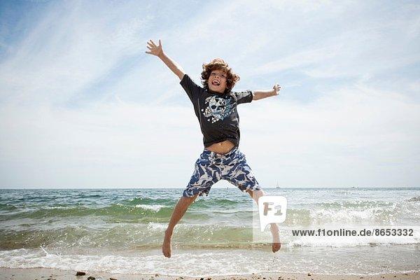 Informelles Porträt des springenden Jungen am Strand von Falmouth  Massachusetts  USA
