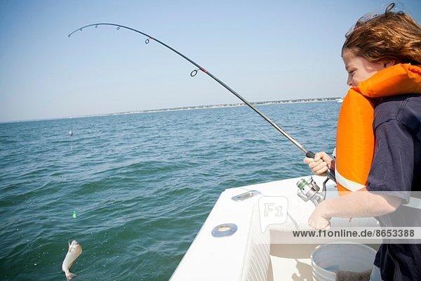 Junge fängt Fisch vom Boot  Falmouth  Massachusetts  USA