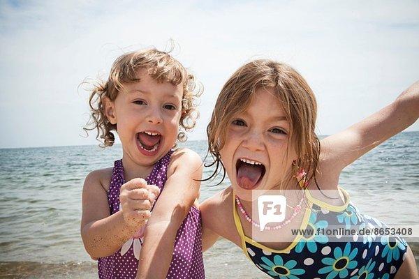 Porträt zweier Schwestern am Strand von Falmouth  Massachusetts  USA