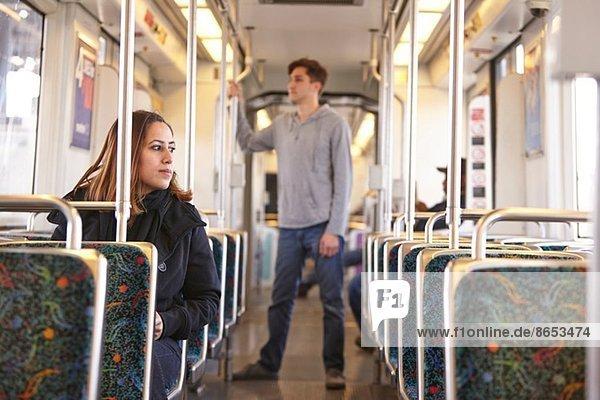 Pendler in der leeren U-Bahn