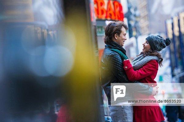 Umarmung eines jungen Touristenpaares  New York City  USA