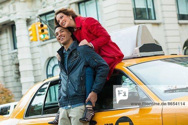 Junges Touristenpaar mit gelbem Taxi  New York City  USA