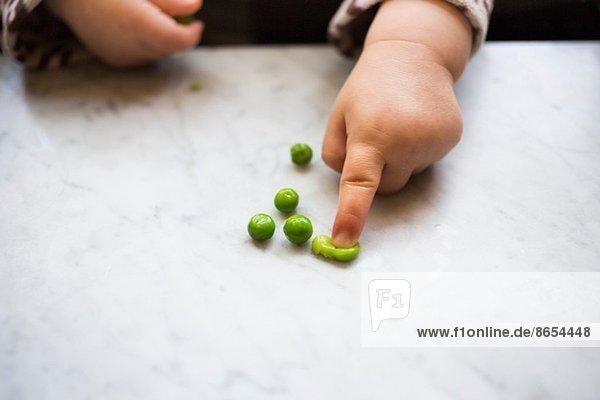 Kleinkind Mädchen Squashing Pea
