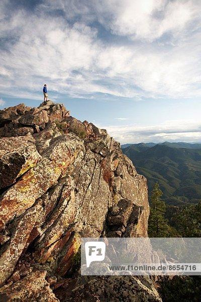 Mann auf Felsformation  Boulder  Colorado  USA