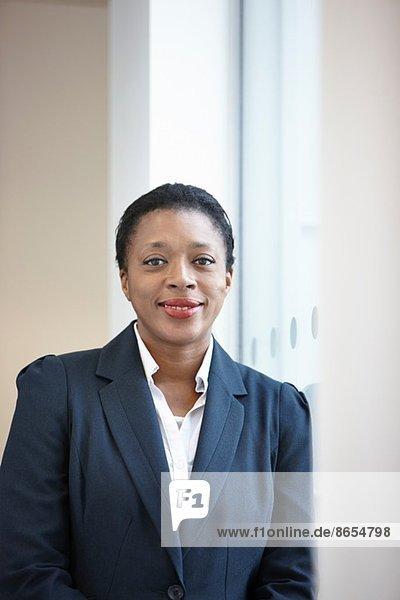 Porträt einer Geschäftsfrau mit Blick auf die Kamera