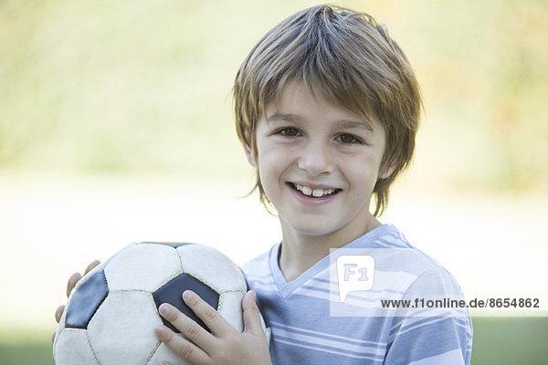 Junge mit Fußball  Portrait