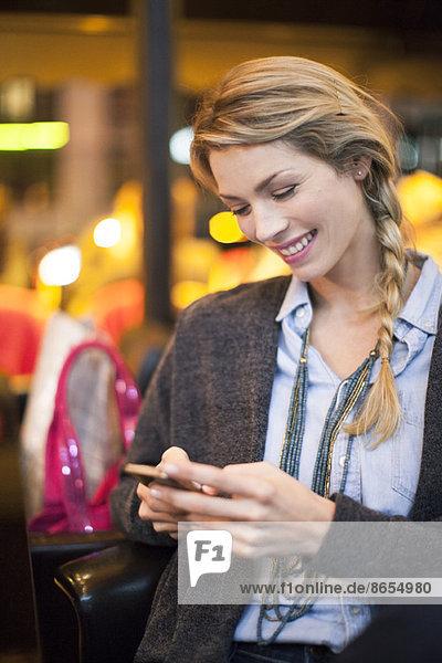Frau mit Smartphone-Textnachricht