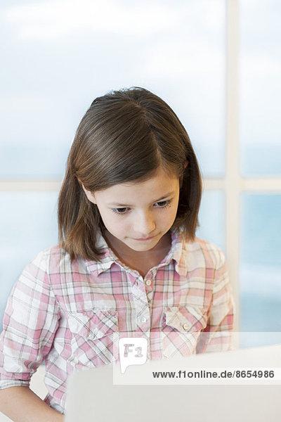 Mädchen mit Laptop-Computer