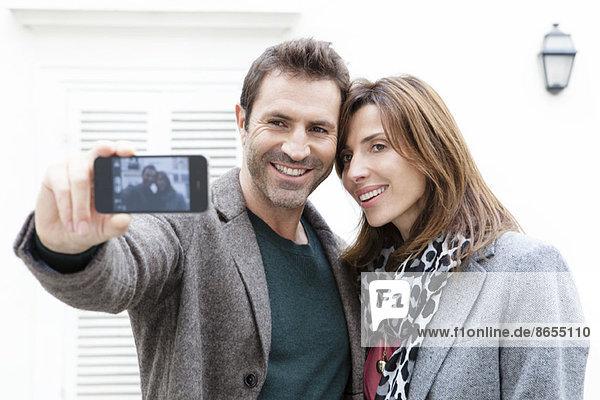 Selbstporträt eines Paares mit Fotohandy