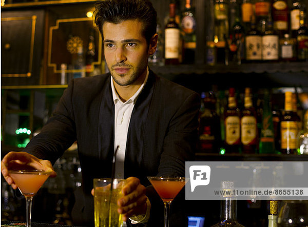 Barkeeper serviert Cocktails