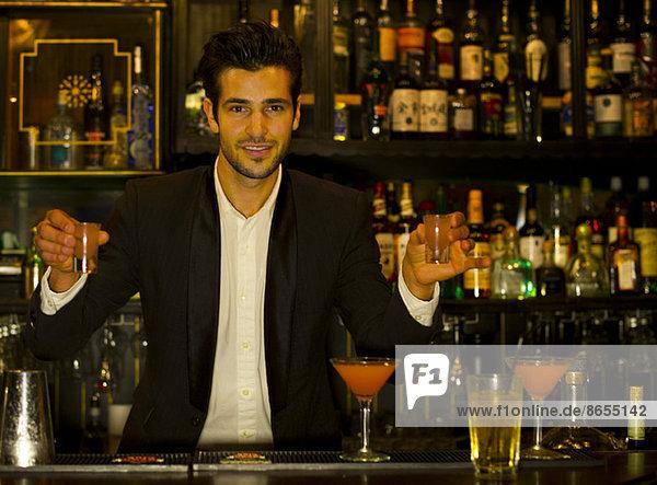Barkeeper serviert Schüsse