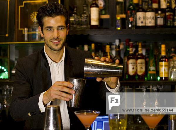 Barkeeper bei der Zubereitung des Cocktails
