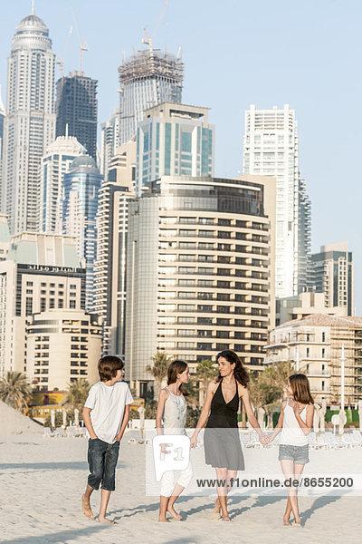 Familienwandern am Strand  Dubai  Vereinigte Arabische Emirate