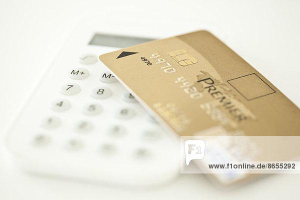 Kreditkarte ruht auf dem Rechner