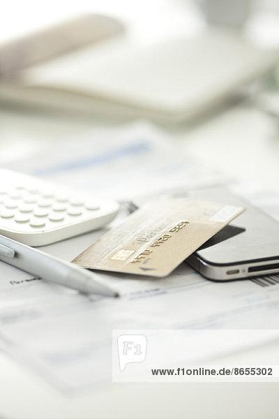 Kreditkarte mit Smartphone und Taschenrechner