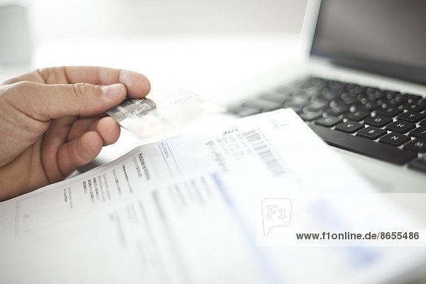 Person  die Online-Banking mit Kreditkarte durchführt