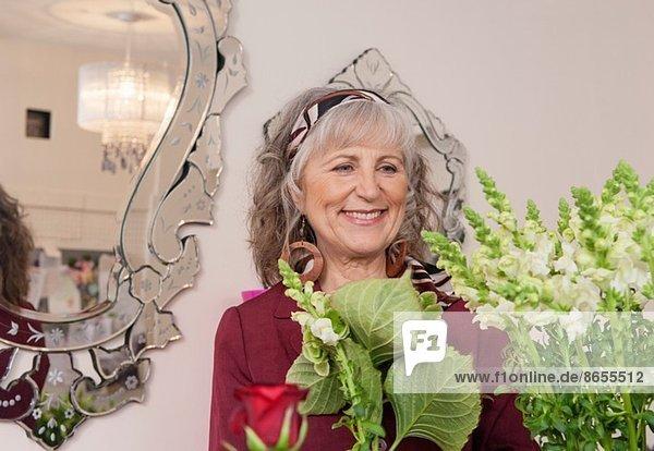 Seniorin beim Einkaufen im Blumenladen