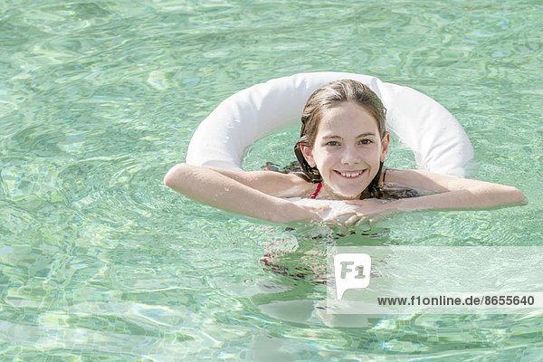 Mädchen im Schwimmbad schwimmend  Portrait