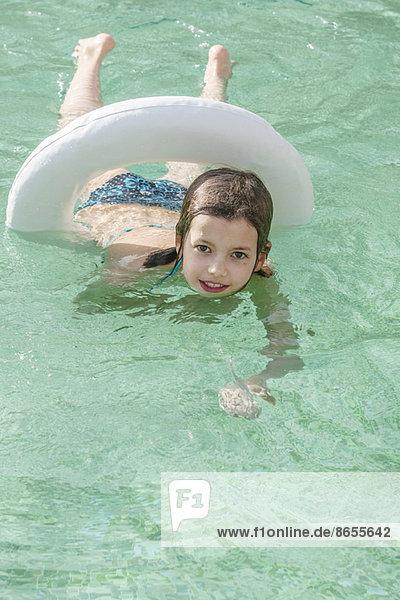 Mädchen schwimmend im Schwimmbad