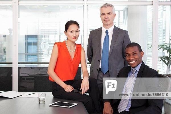 Porträt des Geschäftsführers und der Partner im Amt