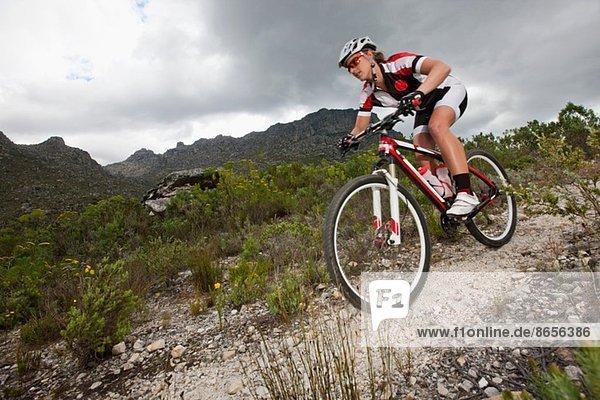 Junger Mann mit dem Mountainbike auf dem Berg