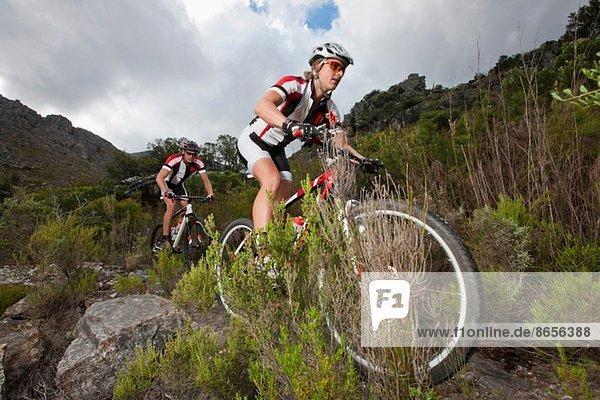 Junges Paar beim Mountainbiken auf dem Berg