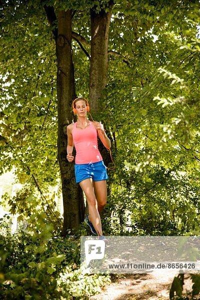 Junge Frau im Wald unterwegs