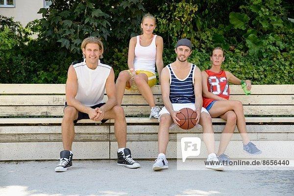 Porträt der Basketballspieler auf der Parkbank