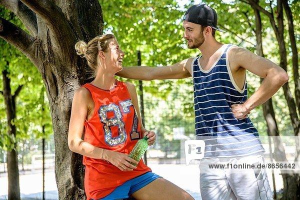 Basketball-Paar macht Pause im Stadtpark