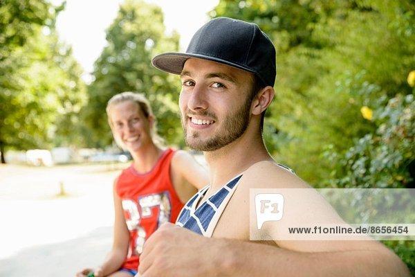 Porträt junger Basketballspieler auf der Parkbank