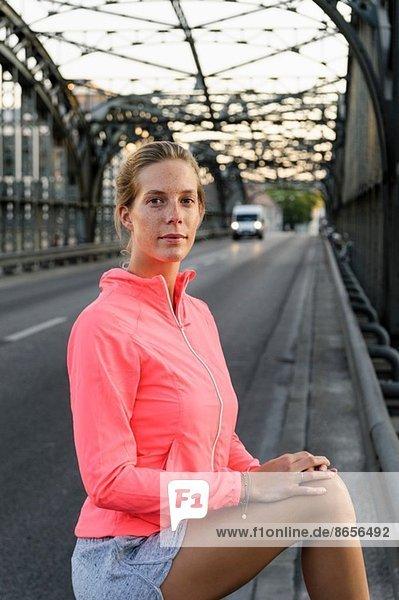Portrait der jungen Läuferin auf der Brücke