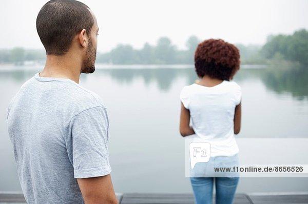 Portrait des jungen Paares am See  Rückansicht