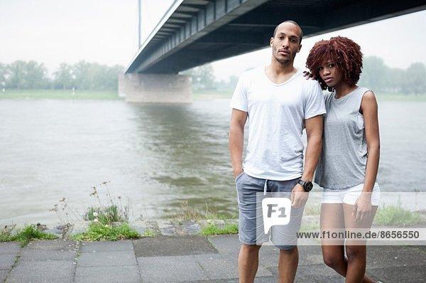 Porträt eines jungen Paares bei Brücke  Düsseldorf  Deutschland