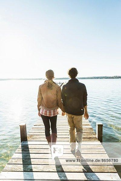 Ehepaar am Steg  Starnberger See  Bayern  Deutschland