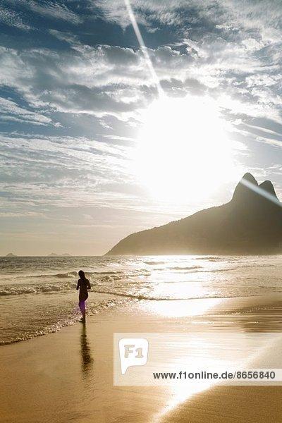 Silhouette der Frau am Strand von Ipanema  Rio De Janeiro  Brasilien