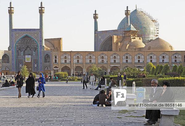 Menschen auf dem Imam-Platz vor der Imam-Moschee  Isfahan  Provinz Isfahan  Persien  Iran
