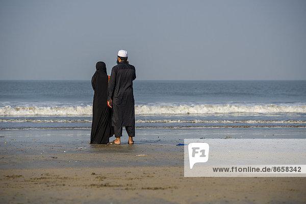 Ein muslimisches Paar steht am Strand Juhu Beach  Mumbai  Maharashtra  Indien